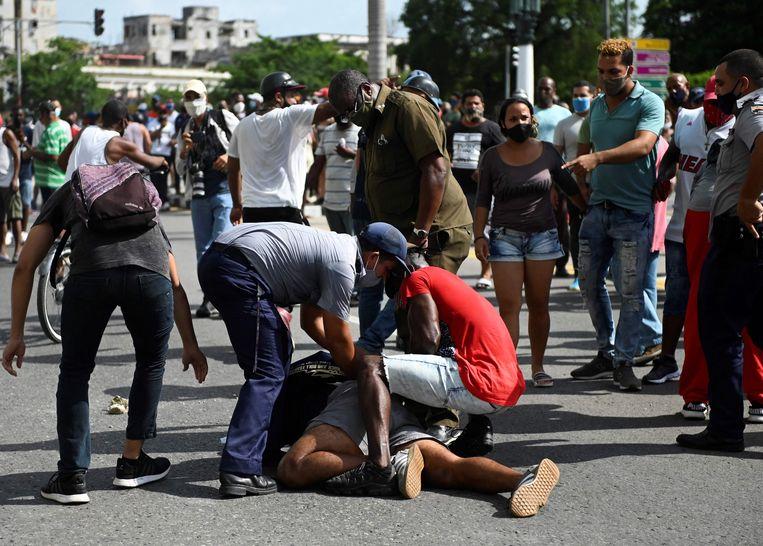 Een man wordt gearresteerd. Beeld AFP