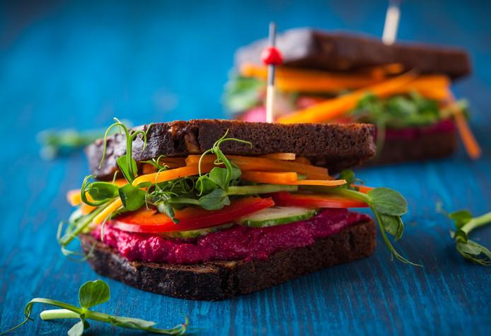 Vegan sandwiches met bietenhummus en rauwe groenten.