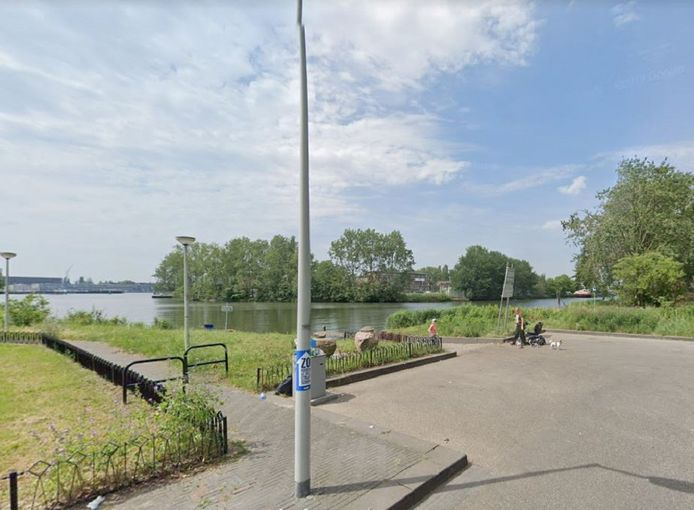 De plek op de Nieuwendammerdijk waar de auto met Duits kenteken in het water belandde.