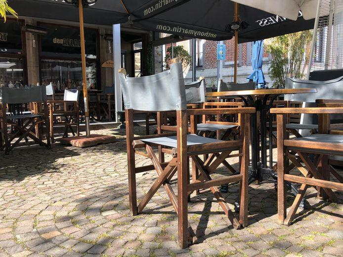 Aan Den Aflaat staan tafels en stoelen klaar om de eerste klanten te ontvangen.
