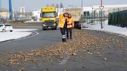 Laadbak van vrachtwagen niet goed gesloten: straat ligt bezaaid met keien