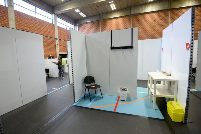 Het vaccinatiecentrum in Bilzen is momenteel nog gelegen in een sporthal.
