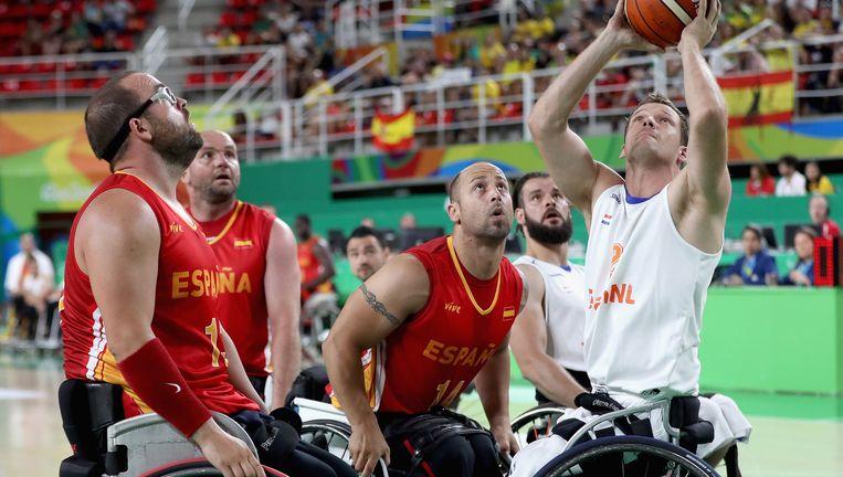 Marc van de Kuilen (rechts), die in Afghanistan beide benen verloor, in Rio in actie tegen Spanje. Beeld getty