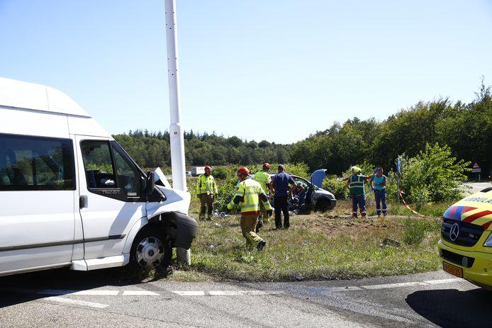 Hulpdiensten op de plek van het ongeval bij de A50 afrit Hattem