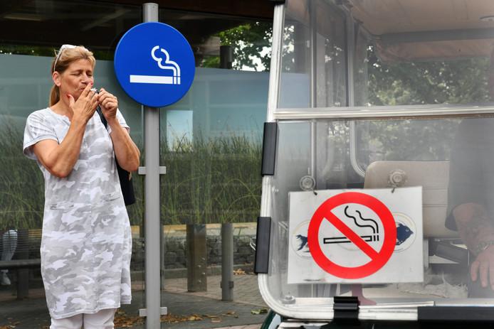 Petra Krol steekt een sigaret op bij de abri van het Rivierenland ziekenhuis in Tiel.