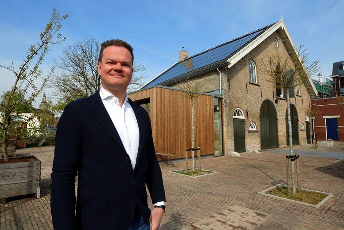 Horecamakelaar Ivo Mermans voor het oude Koetshuis in Roosendaal.