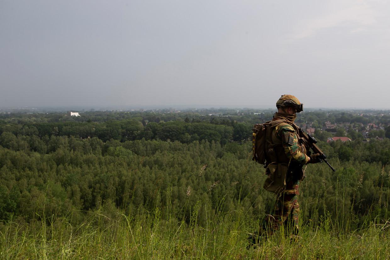 Een militair op patrouille in het natuurpark Hoge Kempen. Beeld BELGA