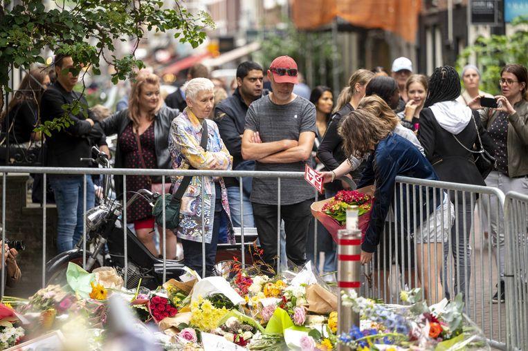 De bloemenzee voor Peter R. de Vries achter in de Lange Leidsedwarsstraat in het centrum groeit. De misdaadverslaggever is overleden nadat hij vorige week in deze straat was neergeschoten.  Beeld ANP