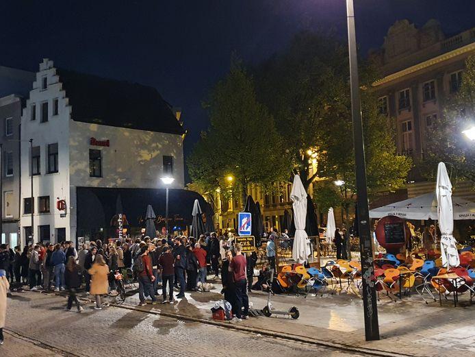Ondanks de gesloten terrassen was er om 22.30 uur nog steeds veel volk op het Mechelseplein.