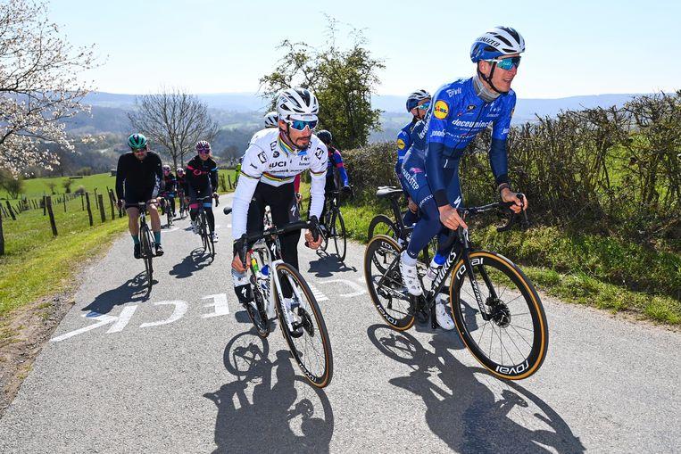 Wereldkampioen Julian Alaphilippe verkent La Redoute met enkele ploegmaats en wielertoeristen in zijn zog. Beeld Photo News