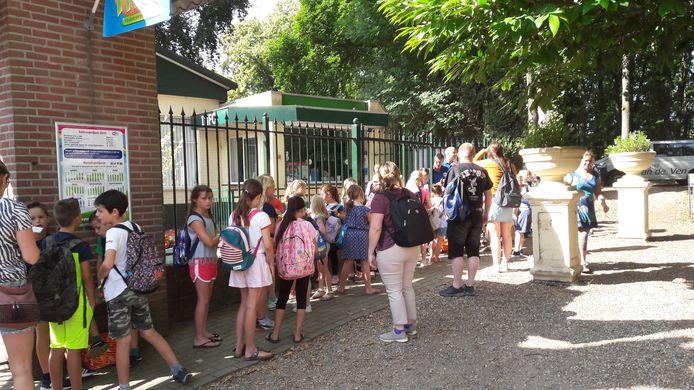 Leerlingen van basisschool de Drieluik in Huissen wachten bij de ingang van pretpark Tivoli