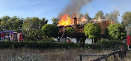 Uitslaande brand verwoest boerderij in Ermelo
