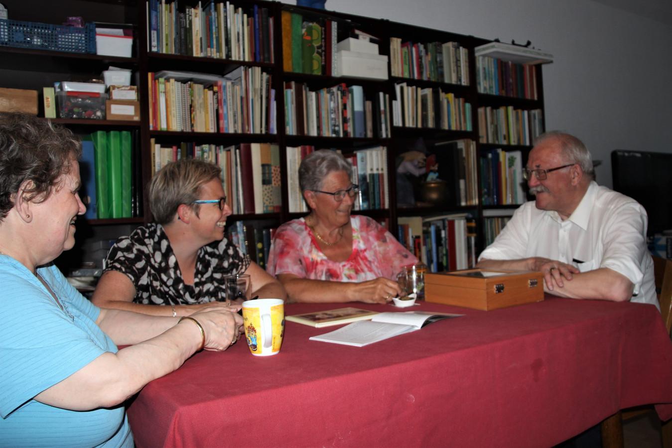 Corry (links) en Peter Lunenberug kijken met Esther de Bie en Jeanne Evers(midden) terug op het fotoproject 'In zoomen op het leven'.
