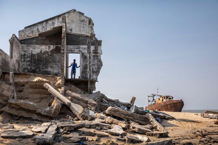 De bewoners van Beira vechten tegen de zee én tegen de overheid. Vijftien jaar geleden stond dit huis nog midden in een wijk. Beeld Sven Torfinn