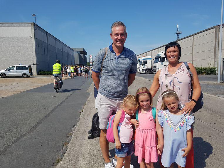 Onthaalmoeder Shirley Vanderstraeten met haar echtgenoot Mike Dufour en kindjes Yanina, Amber en Gabrielle