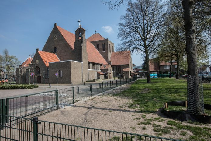 Rechts het hondenveldje. Hier komt onder meer een buitenterras. De weg tussen het veldje en de kerk verdwijnt.