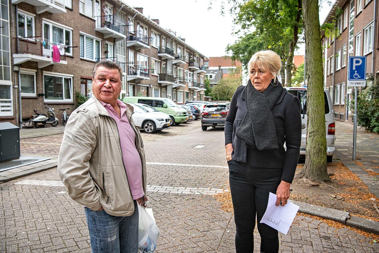 Een bewoner uit de Fazantstraat in de Rotterdamse wijk Carnisse (links) heeft net gehoord dat zijn straat (en dus zijn huis) wordt gesloopt. Beeld Guus Dubbelman / de Volkskrant
