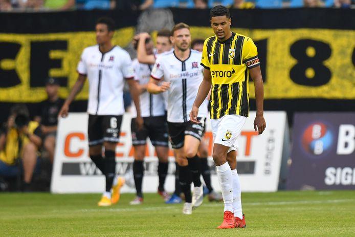 Vitesse-aanvoerder Danilho Doekhi baalt na de gelijkmaker van Patrick McEleney.