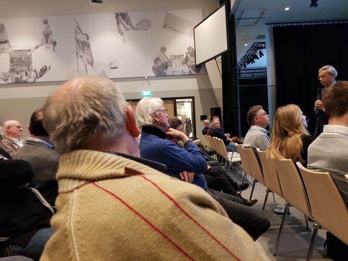 Deelnemers aan de bijeenkomst in gesprek met burgemeester Brenninkmeijer