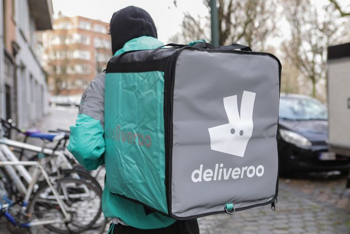 Un coursier Deliveroo photographié dans les rues de Bruxelles en 2019.
