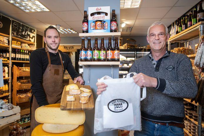 Kaas en bier zijn ingepakt; 140 mensen kunnen zaterdagavond van een online proeverij genieten. Links Dennis Venneman, rechts Martie van Essen.
