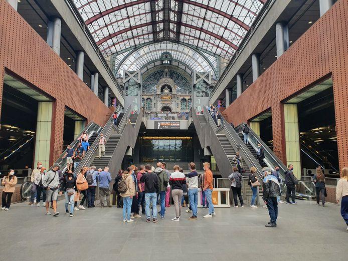 Veel volk in het Centraal-Station vandaag. Niet om zelf de trein te nemen, wel om de Oriënt-Express te zien.