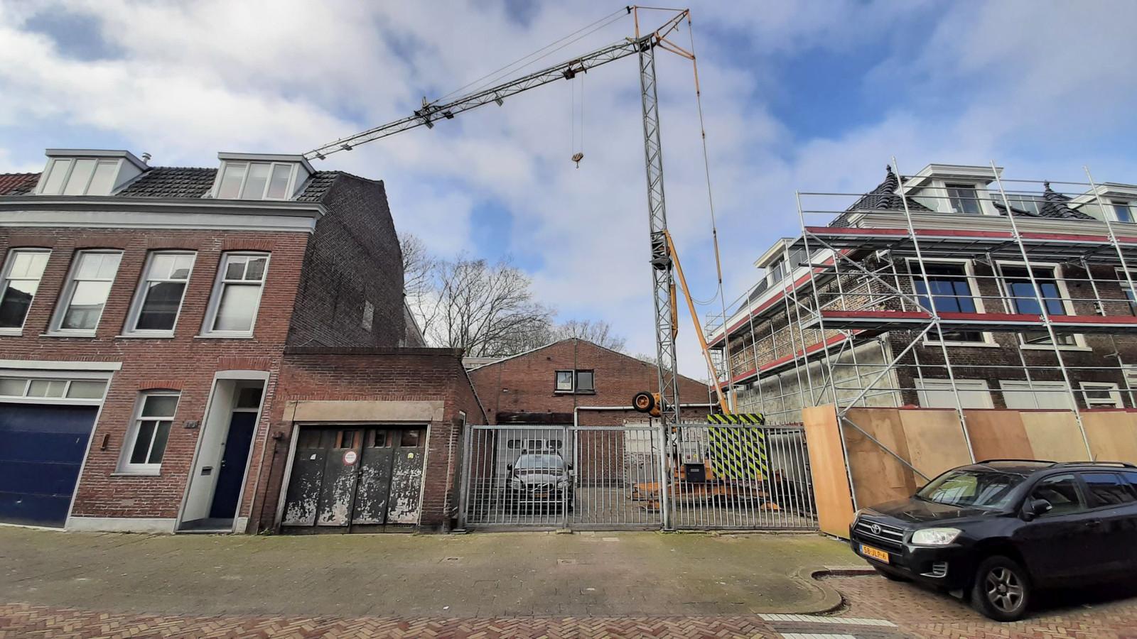 De oude loods aan het Kromhout die deels gesloopt en weer opgebouwd wordt, waarna er twee appartementen op de verdieping komen. De woningen rechts ernaast worden momenteel gerestaureerd.