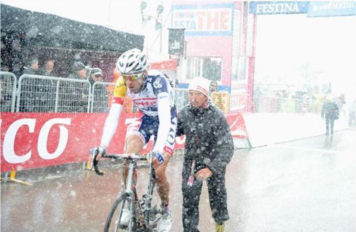 Dirk Bellemakers komt als 'een lange ijspegel van 1 meter 96' boven op de laatste col van Giro 2013.