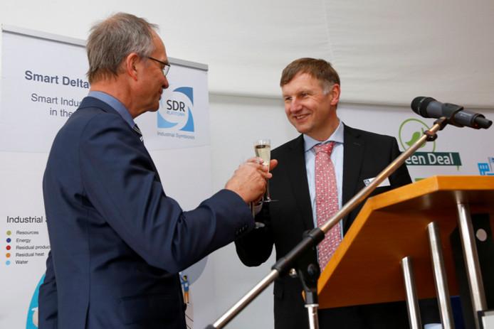 Oud-minister Henk Kamp met Jon Sletten, voormalig directeur Yara Sluiskil, nadat Kamp de overeenkomst voor uitwisseling van waterstof tussen Dow en Yara heeft getekend. Maart 2016.