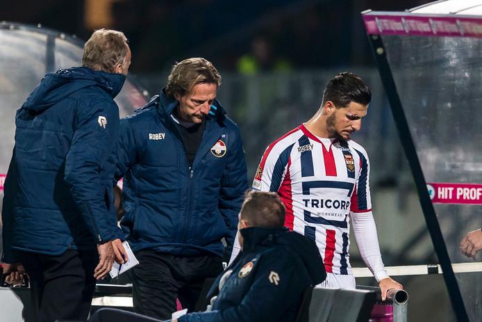 Fran Sol verlaat met gebogen hoofd het veld na zijn rode kaart tegen FC Utrecht.