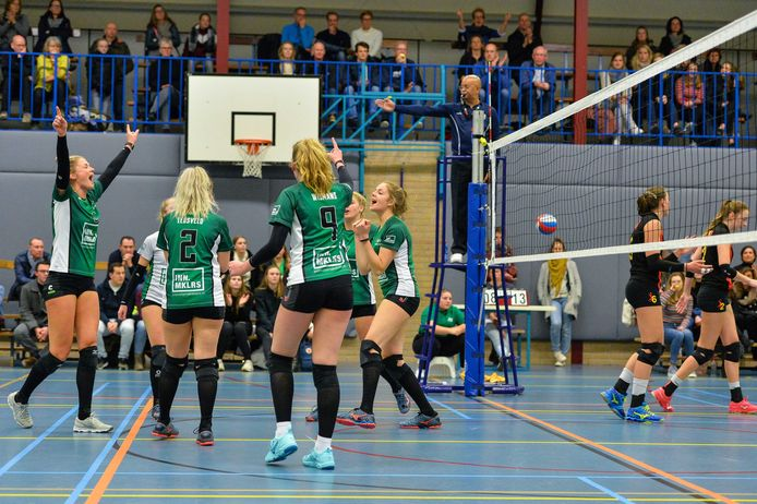 Vreugde bij volleybalsters van het Warnsveldse WSV na het scoren van een punt, twee jaar geleden.