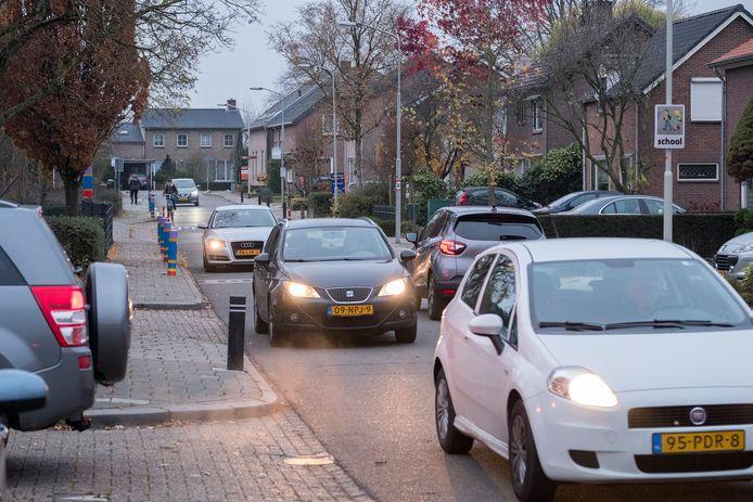 Niet allen landbouwverkeer komt over de Looistraat, het is ook een geliefd onderdeel van een sluiproute voor personenverkeer.