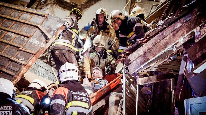 Bewoner Antonio Caria wordt levend van onder het puin gehaald.