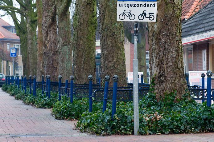 Lanters' bronzen hekjes zoals hier aan de Hagen, waren eerder al eens het doelwit van metaaldieven. Nu verdwijnen ze in het kader van het jongste centrumplan.