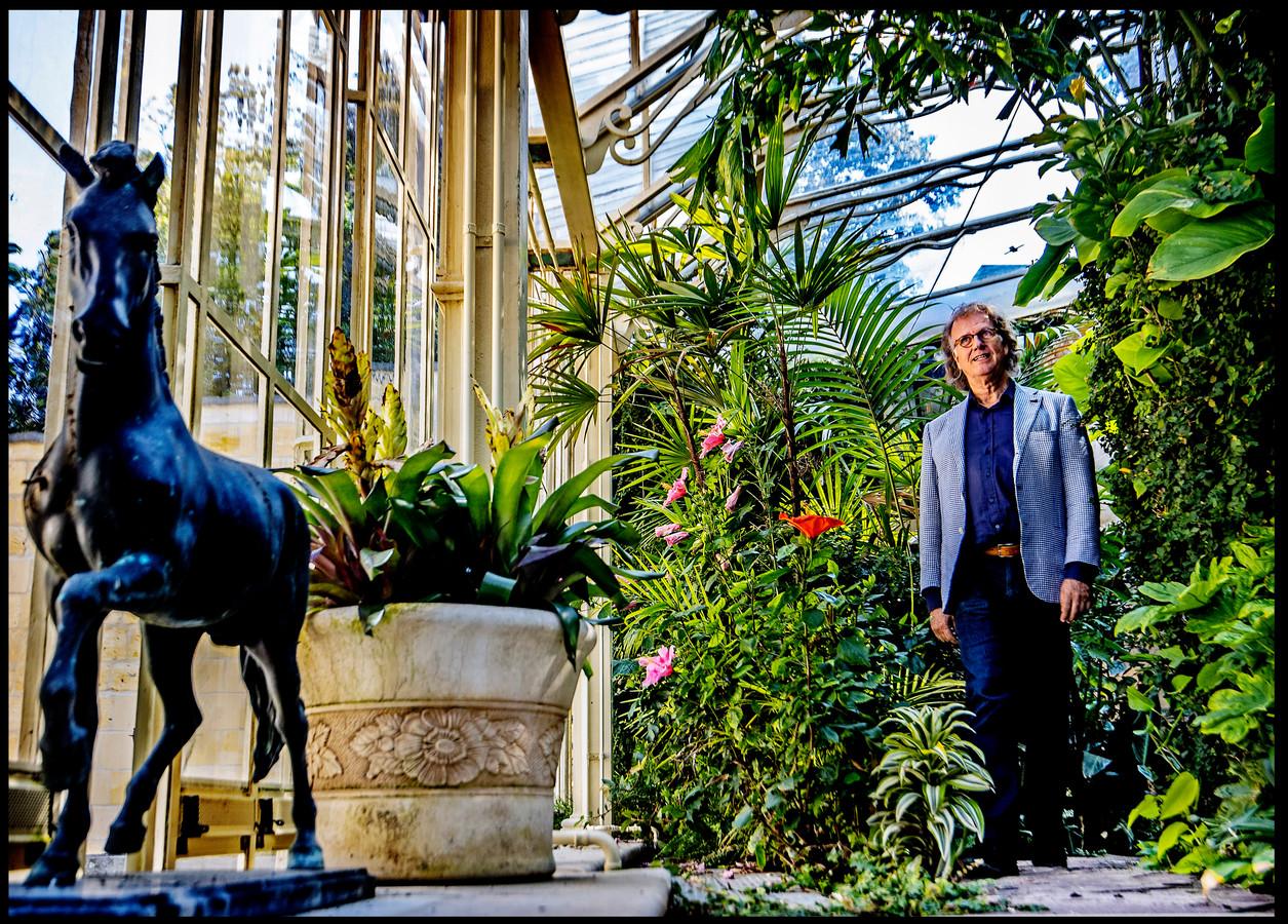 André Rieu is graag in de kas in zijn tuin. Er staan tropische planten en er vliegen exotische vogels en vlinders rond.