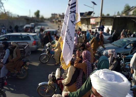 De taliban bij hun aankomst in de stad Farah, de hoofdplaats van gelijknamige provincie, gisteren.