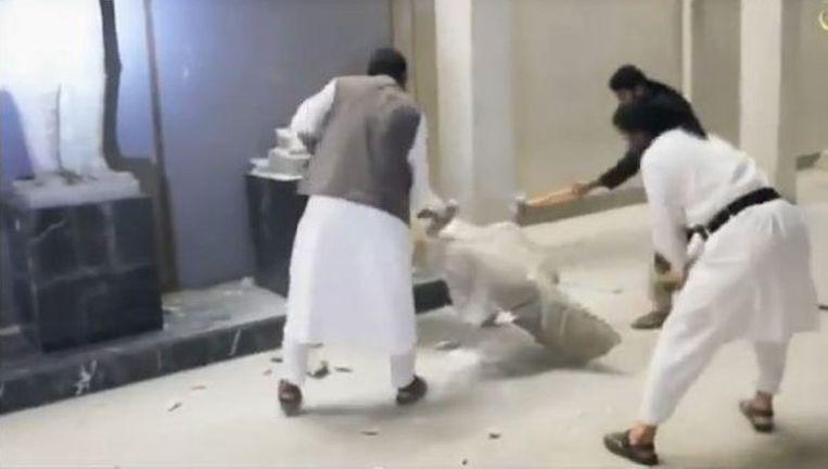 Met sloophamers vernietigen IS-strijders historische beelden in de Iraakse stad Mosoel. Beeld Screenshot YouTube
