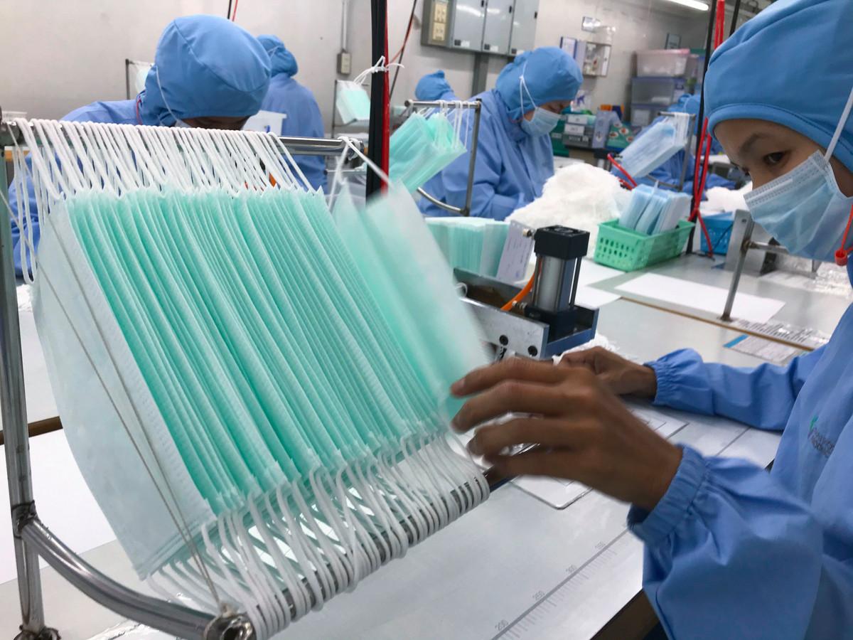 Producenten van mondkapjes, zoals deze fabriek van de Thai Hospital Product Company in Bangkok, draaien overuren.