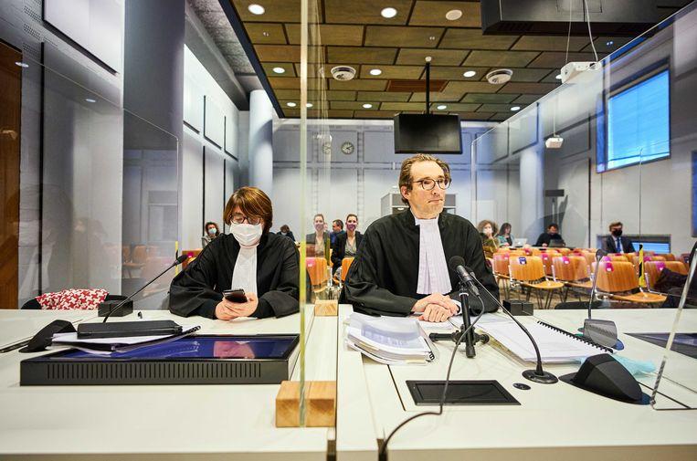 De advocaten van de staat voor aanvang van de zitting waarin het hof zich buigt over de vraag van de Nederlandse staat de uitspraak van de rechter over het opheffen van de avondklok te schorsen in afwachting daarvan.  Beeld ANP