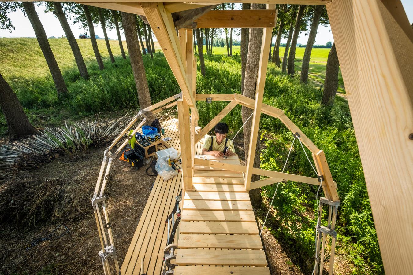 Sachi Miyachi bouwt zelf een boomhut in de vorm van een oor langs de IJssel bij Marle, maar hoopt dat Moeder Natuur haar werk voortzet. Bijvoorbeeld mogen spinnen hier hun web maken.