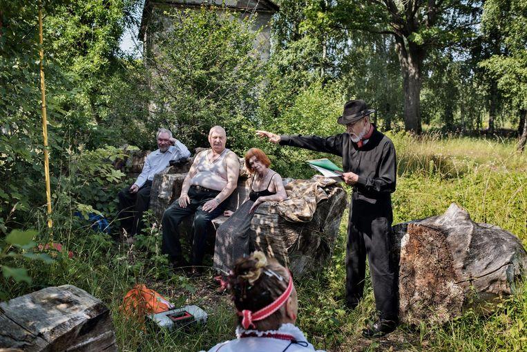 Etnische Russen komen samen in een wijk aan de rand van Riga. De Russen worden in Estland en Letland niet hetzelfde behandeld als de etnische Esten en Letten. Beeld Yuri Kozyrev/ Noor