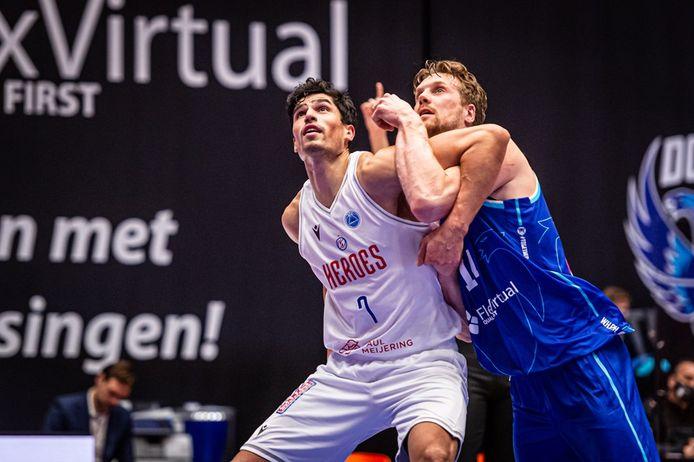 Captain Stefan Wessels van Heroes Den Bosch wordt fel op de huid gezeten door Thomas Koenis van Donar Groningen.