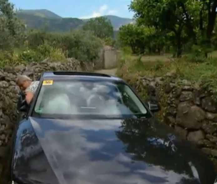 Het 'moment of fame' van Louk Mendels; hij zit met zijn Audi vast tussen twee stenen muurtjes. De camera legde het vast.