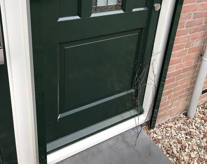 Inbrekers zetten een takje tegen de voordeur om te checken of de bewoner lang van huis is.