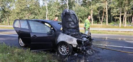 Auto vliegt in brand op A28 bij 't Harde: voertuig zwaar beschadigd