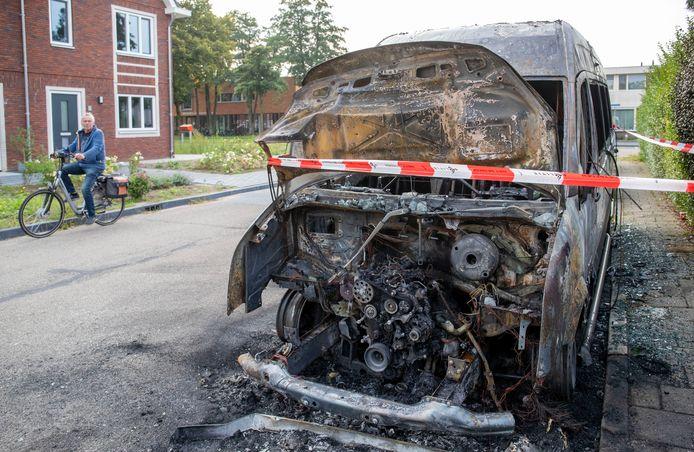 Van een bus van vervoerder Noot is weinig meer over: het hele motorcompartiment is uitgebrand.