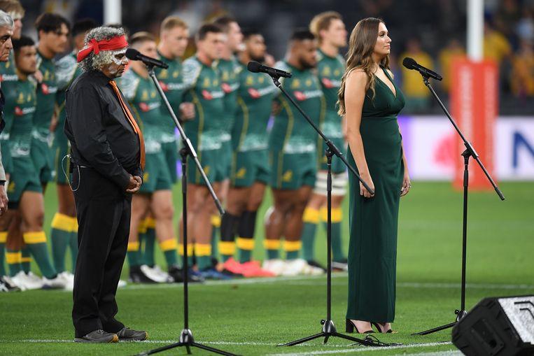Olivia Fox zingt het nationale volkslied tijdens een rugby-match.  Beeld EPA