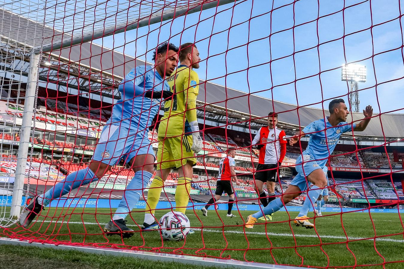 Donyell Malen en Eran Zahavi tegen Feyenoord.