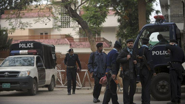 Agenten bij het huis in Islamabad waar de familieleden van Bin Laden verblijven. Beeld afp