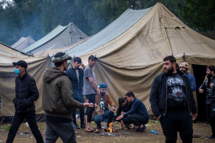 In Litouwen verzamelen de migranten ondertussen in inderhaast opgetrokken vluchtelingenkampen.